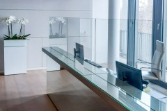 Glasschutzwand im Empfangsbereich